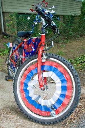第 4 回 7 月パレードのために準備アメリカの旗で飾られた子供自転車