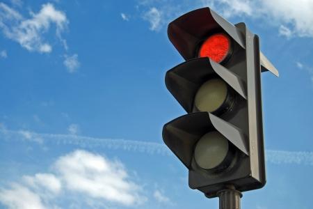 señal transito: De color rojo en el semáforo con un hermoso cielo azul en el fondo