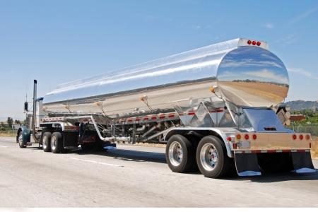 cisterna: lassical americana gran camión de gasolina de la vendimia en movimiento Foto de archivo