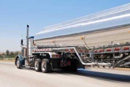 モーションで lassical アメリカの大きなヴィンテージ ガソリン トラック 写真素材