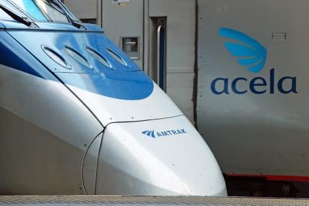 treno espresso: LAVARE il DC - CIRCA 9 giugno: Amtrak treno ad alta velocità Acela intorno al 9 giugno a Washington DC, USA. Treni Acela Express sono solo i veri convogli ad alta velocità in Nord America, la più alta velocità raggiungono è di 150 mph.
