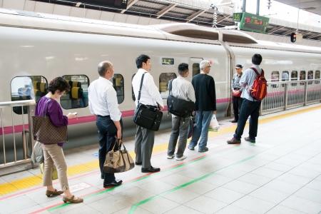 2012 年 5 月 20 日に東京駅で新幹線を待っている東京, 日本 - 2012 年 5 月 20 日: 人東京 Japan.Shinkansen は、世界で最も忙しい高速鉄道日本鉄道のグループ