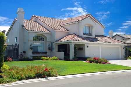 dream car: Nuevo hogar sueño americano con un hermoso cielo azul en el fondo Editorial