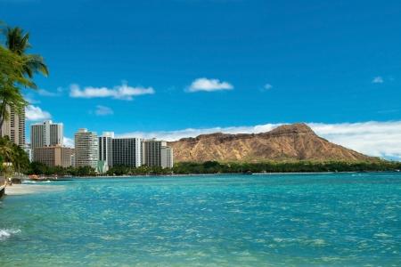 バック グラウンドでダイアモンド ヘッドとハワイで紺碧の水とワイキキ ビーチ