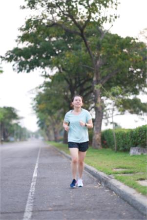 Blur photo of Asian runner is running along traffic street way in the morning Standard-Bild