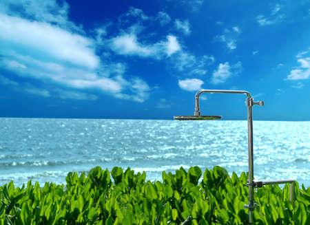 Shower for bathing on the beach and greenery by the sea. Banque d'images