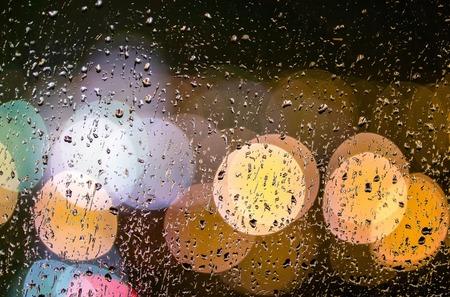 夜の街の雫で窓からのビューをライトします。