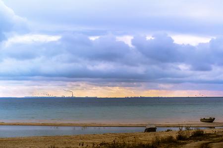 海、水平線と空の嵐雲の海岸 写真素材