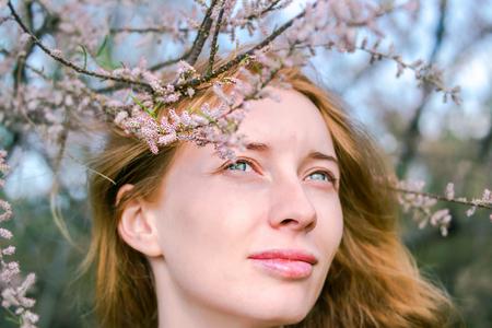 花アカシアの中で赤毛モデル
