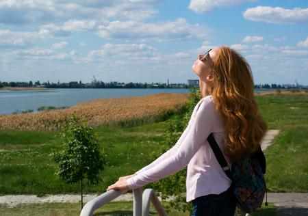 赤毛モデルは自然の太陽を喜ぶ