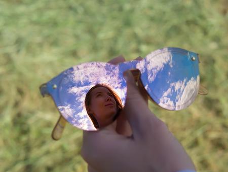 サングラス メガネの赤髪のモデル