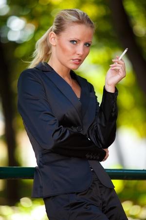 persona fumando: Joven mujer de negocios el tabaquismo