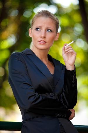 chica fumando: Joven mujer de negocios el tabaquismo