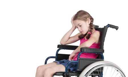 personas discapacitadas: Muy triste niña discapacitada en silla de ruedas Foto de archivo