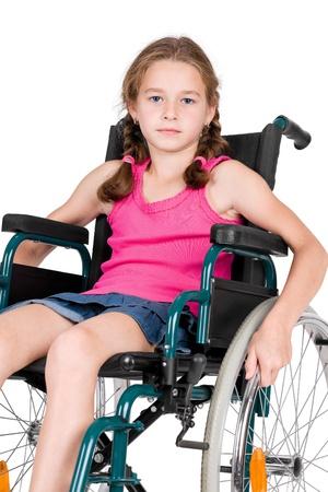 enfants handicap�s: Jeune fille handicap�e dans un fauteuil roulant sur un fond blanc Banque d'images