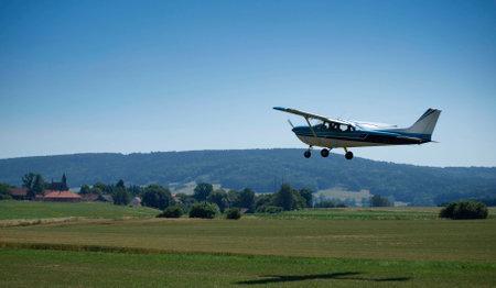夏の風景と小さな飛行機