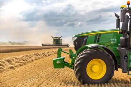 Hradec Kralove, Tschechien am 4. August 2017: Modernes John Deere-Mähdreschermodell S685i und Traktor 6250R an der Ernte des Weizens nahe der Stadt Hradec Kralove, Nord-Tschechien Editorial