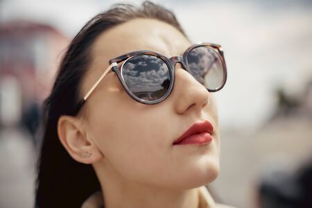 Outdoor portrait pretty woman in sunglasses in summer day