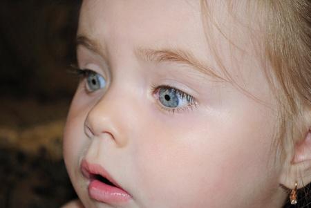 unexpectedness: Retrato de la ni�a hermosa con una cara de asombro