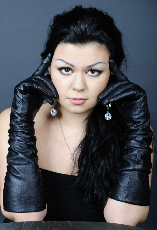 jongere mooi meisje met zwart haar in klimmen handschoen