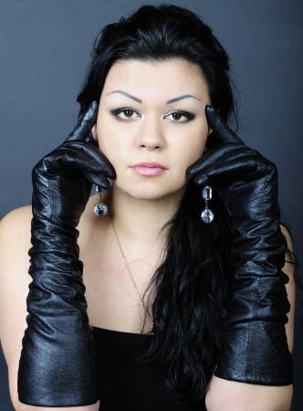 jongere mooi meisje met zwarte haren klimmen