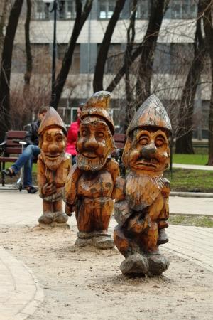 gnomos: Esculturas de madera de gnomos en el parque de la ciudad de Donetsk