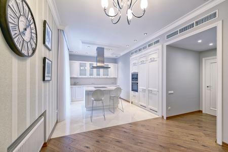 Modern design white kitchen in a spacious apartment. Standard-Bild