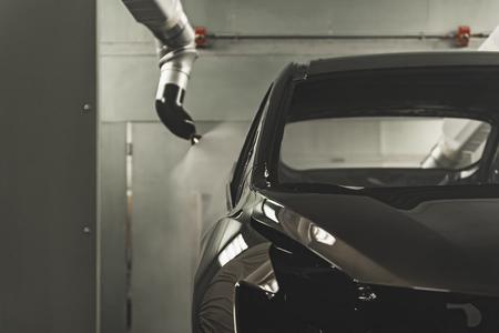 Línea de producción de la planta de automóviles, taller de pintura. La carrocería del coche después de aplicar el barniz. Foto de archivo