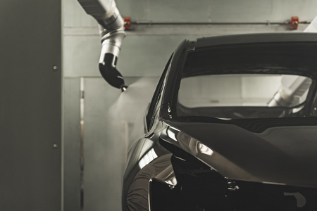 Linia produkcyjna fabryki samochodów, lakiernia. Karoseria auta po nałożeniu lakieru. Zdjęcie Seryjne