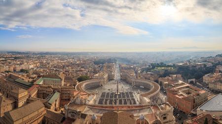 Blick auf den Petersplatz, die Straße Conciliazione und Rom von der Kuppel der Kathedrale, Panorama Standard-Bild - 71955750
