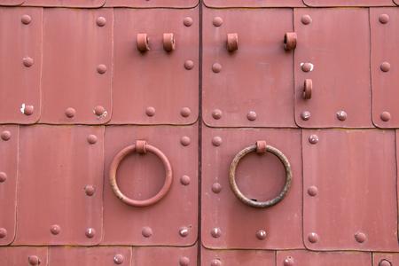 puertas de hierro: Puertas de hierro con mango circular