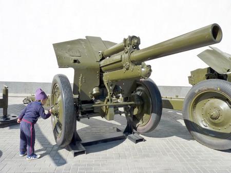 artillery shell: El ni�o en una exposici�n del arma sovi�tico de los tiempos de la Segunda Guerra Mundial
