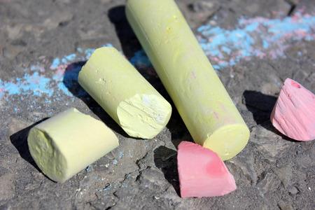 cylindrical: Pastelli cilindriche per il disegno su asfalto Archivio Fotografico