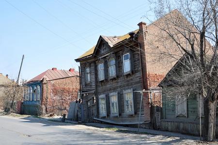 humilde: Antigua casa desvencijada de madera en la ciudad de Astracán