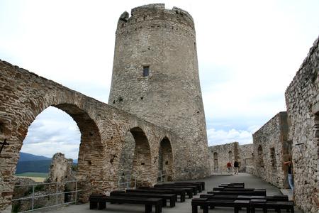 siervo: Torre del siervo en un antiguo castillo del caballero en Eslovaquia Editorial