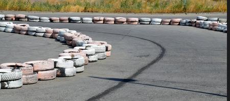 validity: Llantas pintadas como astilladoras, en el aut�dromo de karting.
