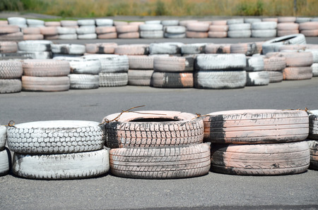 validez: Llantas pintadas como astilladoras, en el autódromo de karting.