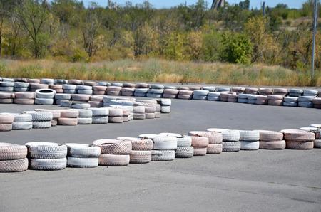 validez: Llantas pintadas como astilladoras, en el aut�dromo de karting.