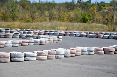 geldigheid: Painted tires as chippers, on the autodrome for karting.