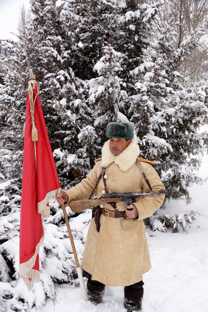 firmeza: Officer, the defender of Stalingrad in winter regimentals with the Red banner
