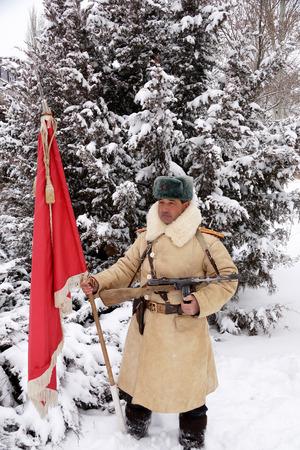 firmeza: Oficial, el defensor de Stalingrado en uniforme de invierno con la bandera roja