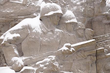 """firmeza: Los defensores de Stalingrado, un fragmento de un bajorrelieve de """"ruinas"""" en la pared Mamayev Kurgan en el invierno Foto de archivo"""