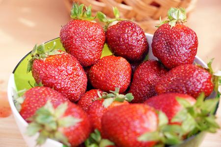 componentes: nueva cosecha de la fresa de la entrega de Rusia en una ensaladera transparente