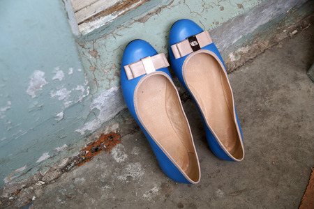 proline: Turquoise womens shoes - court shoes on an old balcony