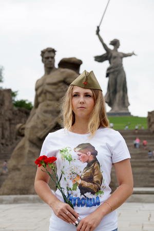 Girl in a garrison cap and in a t-shirt with the name Katyusha on Mamayev Kurgan Zdjęcie Seryjne