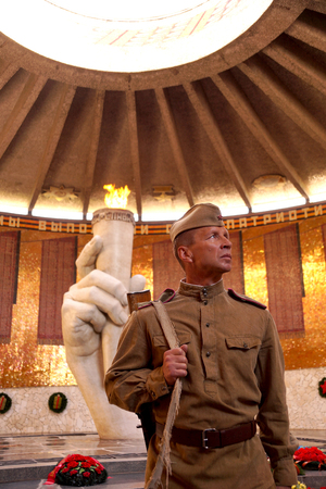 garrison: Fighter of Red Army in the form of times of World War II with the machine gun in the Hall of Glory on Mamayev Kurgan