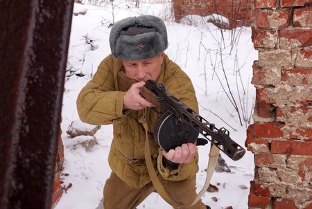 Fighter of Red army with the PPSh machine gun in ruins of Stalingrad (a staff of a division of Lyudnikov) Imagens - 98275421
