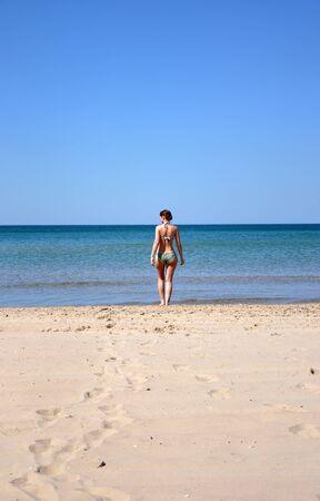 The girl on the sandy coast of the Black Sea 版權商用圖片