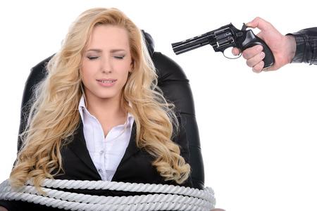 Zakelijk, vrouw, gebonden aan een stoel met touw en richt hem op het hoofd met een pistool geïsoleerd op een witte achtergrond