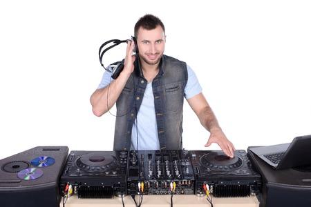 electric fixture: DJ freddo al lavoro. Giovani felici di filatura su giradischi mentre isolato su bianco